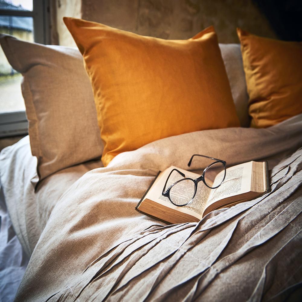 draps en lin lavé couleur beige avec coussins couleur jaune moutarde en 100% lin