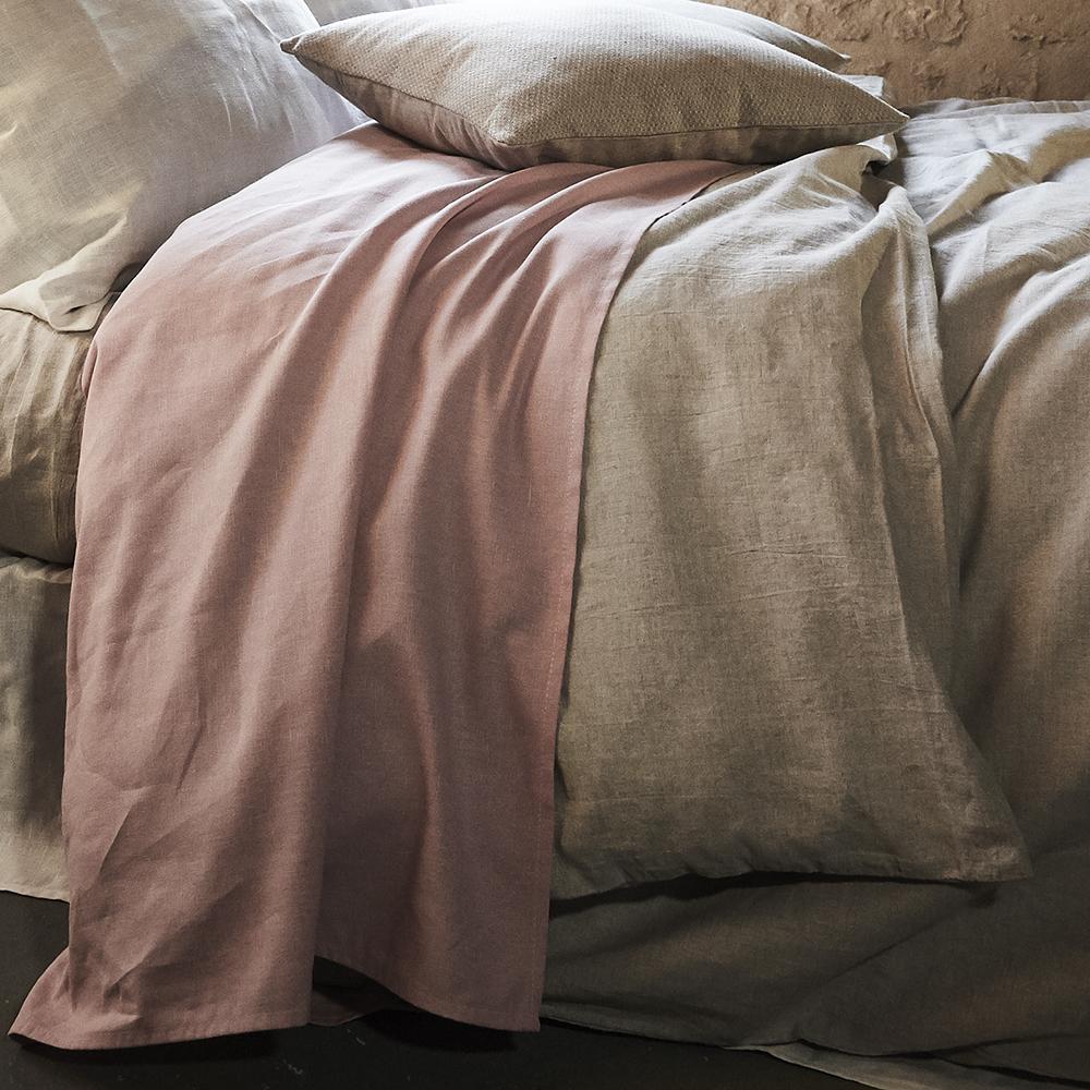 drap en 100% lin couleur rose sur linge de lit en lin lavé