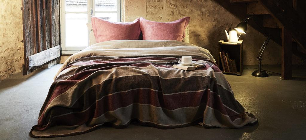 joli couvre-lit couleur bordeaux avec rayures beiges en pur lin