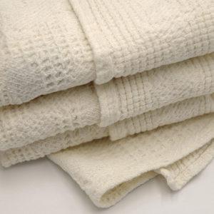 Belle serviette invite tissage gaufre couleur ecru