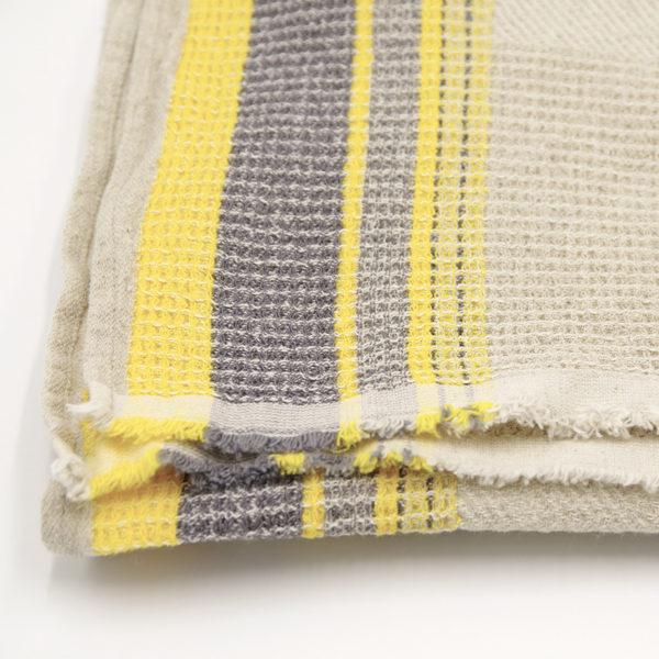 belle serviette gaufre couleur beige raye ideal pour la plage, sortie de bain, piscine ou sauna