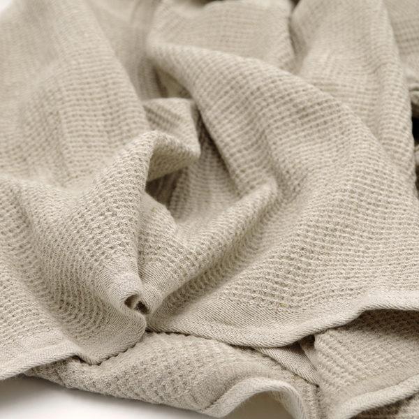 belle serviette en lin lavé pour bain, piscine, spa ou plage