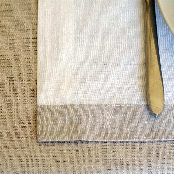 très belle nappe en pur lin couleur beige avec sets de table blanc