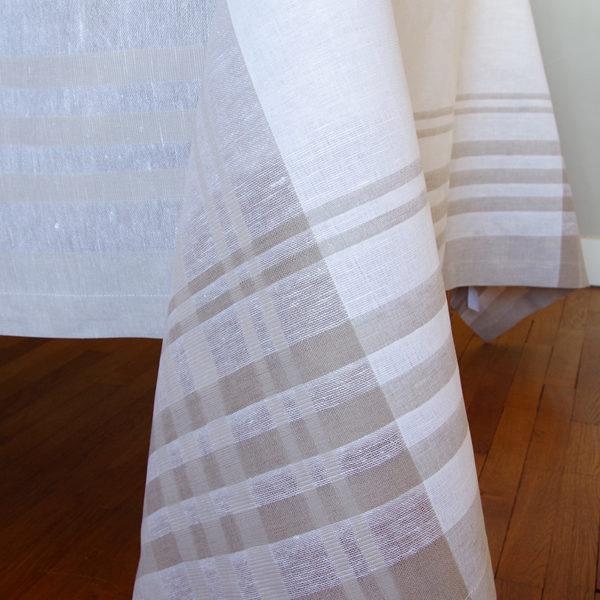 très belle nappe en lin couleur blanc avec 12 sets de table