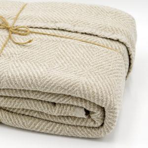 magnifique plaid en pur lin lavé avec son tissage chevrons couleur beige