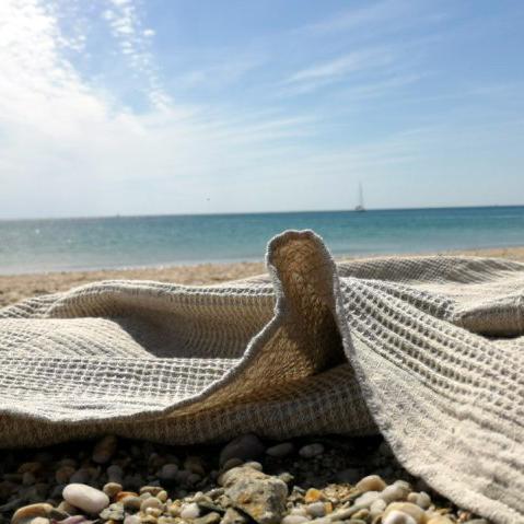 serviette en lin lavé tissage nid d'abeilles pour plage bain ou piscine