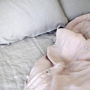 belle parure de lit en pur lin lavé couleur gris clair