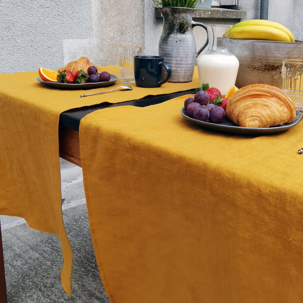 chemin de table pur lin lave couleur moutarde